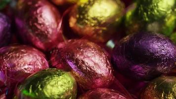 Foto giratoria de coloridos dulces de Pascua sobre un lecho de pasto de Pascua - Pascua 212