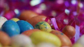 Foto giratoria de coloridos dulces de Pascua sobre un lecho de pasto de Pascua - Pascua 149