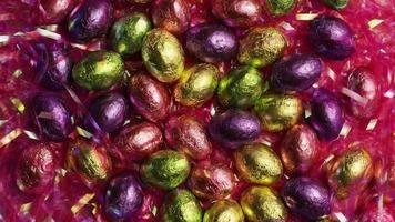 Foto giratoria de coloridos dulces de Pascua sobre un lecho de pasto de Pascua - Pascua 200