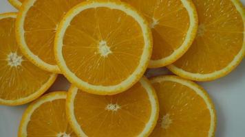 rodaja de fruta naranja en cámara lenta video