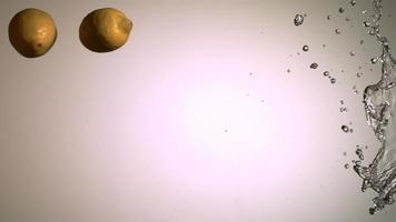 spruzzi d'acqua con frutta in ultra slow motion (1.500 fps) su una superficie riflettente - spruzzi d'acqua w frutta 006