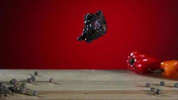 asas de frango defumadas caindo e saltando em câmera ultra lenta (1.500 fps) - fantasma de asas de frango 002 video