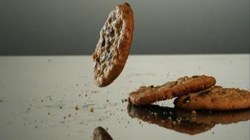 biscoitos caindo e quicando em ultra slow motion (1.500 fps) em uma superfície reflexiva - cookies fantasma 074 video