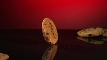 biscoitos caindo e quicando em ultra slow motion (1.500 fps) em uma superfície reflexiva - cookies fantasma 027 video