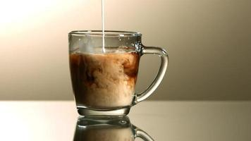 leche vertida en café en cámara ultra lenta (1,500 fps) - café con leche fantasma 003