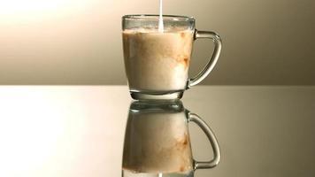 melk in ultra slow motion (1500 fps) in koffie gegoten - coffee w milk phantom 006