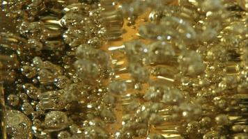 cerveja dourada derramando em câmera ultra lenta (1.500 fps) - asas de frango fantasma