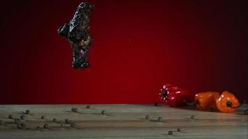 asas de frango defumadas caindo e saltando em câmera ultra lenta (1.500 fps) - fantasma de asas de frango 001 video