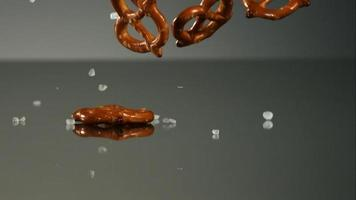 salatini che cadono e rimbalzano in ultra slow motion (1.500 fps) su una superficie riflettente - pretzel phantom 017
