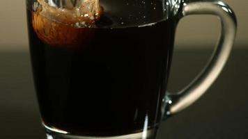 melk in ultra slow motion (1500 fps) in koffie gegoten - coffee w milk phantom 013