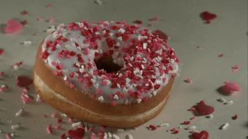 ciambelle che cadono e rimbalzano in ultra slow motion (1.500 fps) su una superficie riflettente - donuts phantom 030