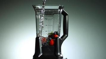 fruta en licuadora en cámara ultra lenta (1,500 fps) - blender phantom 005