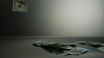 notas americanas de $ 100 caindo em uma superfície reflexiva - dinheiro fantasma 044