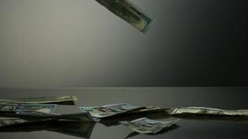 notas americanas de $ 100 caindo em uma superfície refletiva - dinheiro fantasma 074