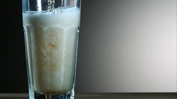 cerveja dourada derramando em câmera ultra lenta (1.500 fps) - asas de frango fantasma 021
