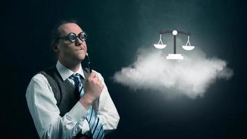 gracioso nerd o friki mirando a una nube voladora con un icono de justicia giratorio