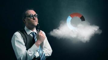 gracioso nerd o geek mirando a una nube voladora con un icono de gráfico circular giratorio