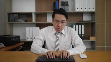 empregado empresário digitando teclado e olhando para o monitor do computador