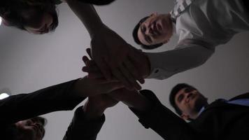 mano de grupo empresarial unida y muy contenta por el éxito empresarial video
