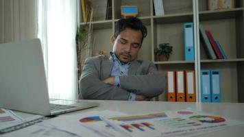 empresário estressado com descanso vencido e não o suficiente.