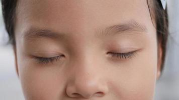 gros plan portrait de la belle petite fille oeil ouvert. video