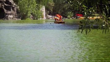 pareja en un bote en el lago artificial