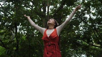 hermosa mujer levantando la mano en el aire. libertad tiempo feliz.