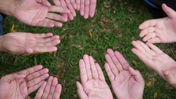 Dar un corazón rojo a muchas manos de personas.