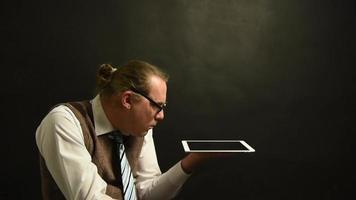 chefe nerd com seu tablet - oprimido pela informação video