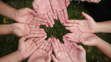 mão dá um coração vermelho para muitas mãos de pessoas
