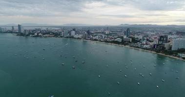 vista aérea sobrevoando a praia de Pattaya na Tailândia