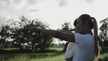 mãe e filha apontam para algo. conceito de família de tempo feliz. video