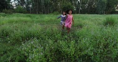duas meninas correndo pelo parque video