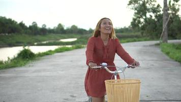 uma mulher ativa andando de bicicleta no parque video