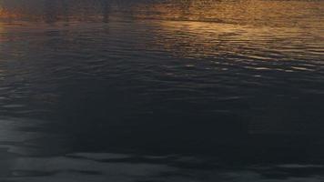 tramonto sul lago che riflette nell'acqua