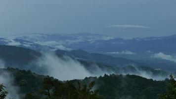 belas montanhas cheias de nevoeiro. video