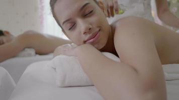 mujeres jóvenes que reciben masaje de espalda en el centro de spa video