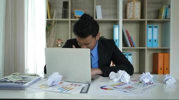 empresário cansado sentado entediado depois de um dia difícil com no escritório. video