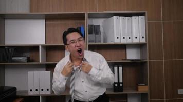 feliz, exitoso, hombre de negocios, bailando, en, oficina