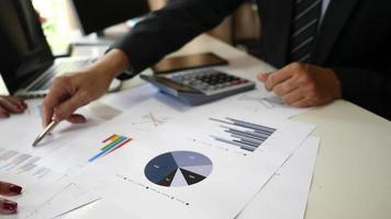 un uomo d'affari analizza i piani aziendali per un progetto in un ufficio. video