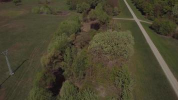 drone volando sobre árboles y pozos de agua en 4k