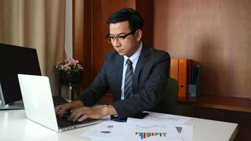 empresário fazendo análise, planejamento de projeto de negócios no escritório.