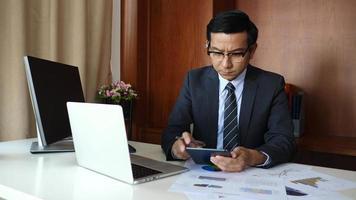 empresario haciendo análisis de planificación de proyectos empresariales en la oficina.