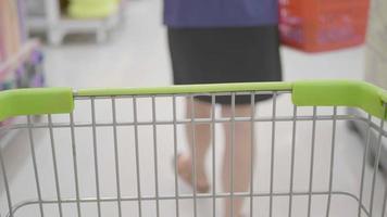 carrinho de compras no supermercado. video
