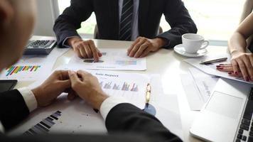 Apretón de manos de socios comerciales después de firmar el contrato en la oficina.