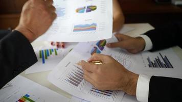 empresários em uma reunião para discutir os resultados como uma equipe. video