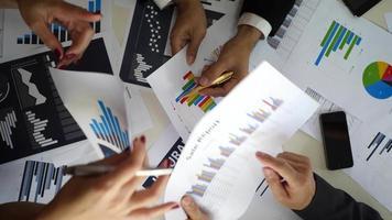 vue de dessus d'une réunion d'affaires avec des graphiques commerciaux