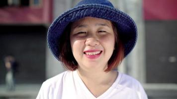 femme asiatique backpacker se sentir heureux souriant à la caméra lors d'un voyage à Chinatown à Pékin, Chine. video