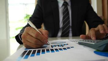 mãos de empresário fazendo análise, planejamento de projeto de negócios no escritório.