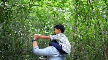 pai e filho se divertem na natureza.